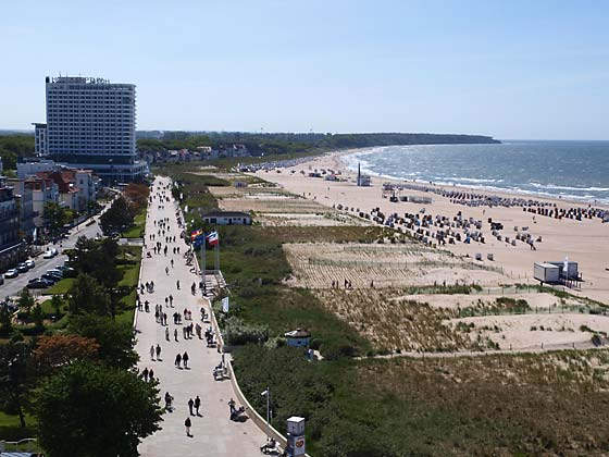 Blick vom Leuchtturm auf die Strandpromenade und den Strand