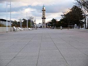 strandpromenade und leuchtturm