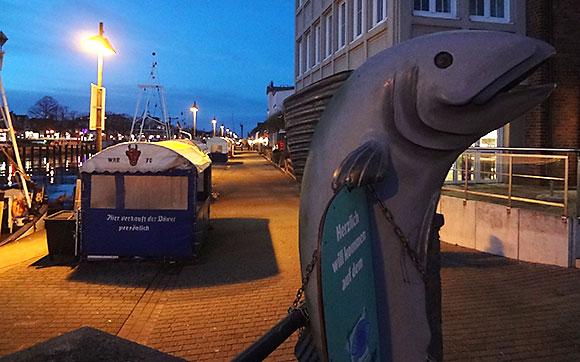 Warnemünder Fischmarkt am Abend