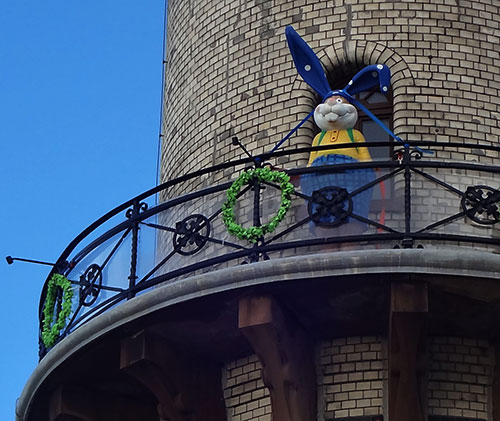 Der Osterhase darf bereits vor der Eröffnung auf den Leuchtturm