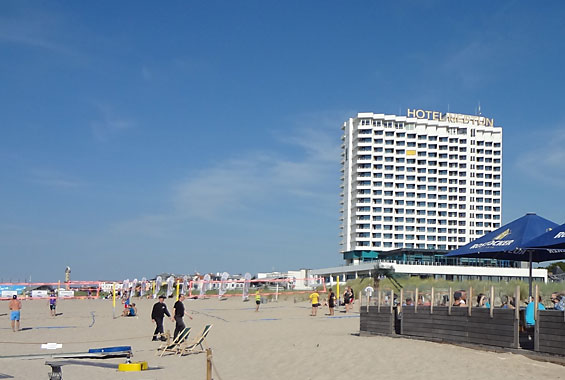 Beachvolleyball und Strandbar